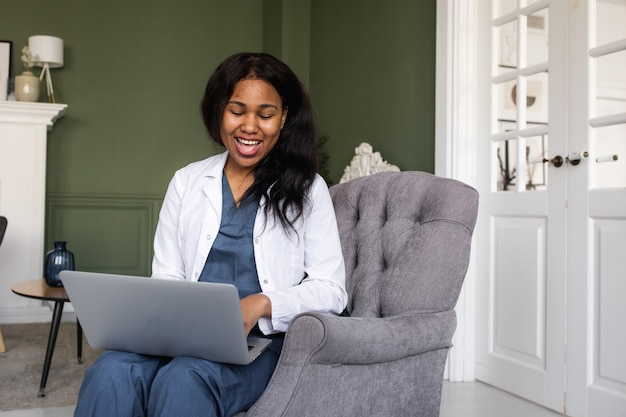 Médecin noir télémédecine l'utilisation des technologies de l'informatique et des télécommunications pour l'échange d'informations médicales