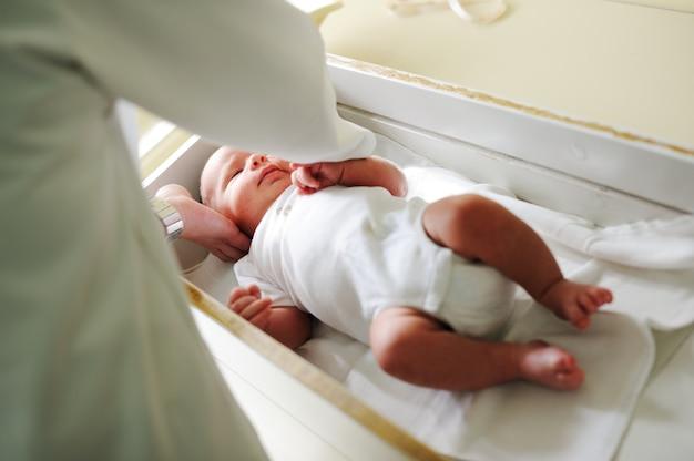 Médecin avec nouveau-né sur un fond blanc