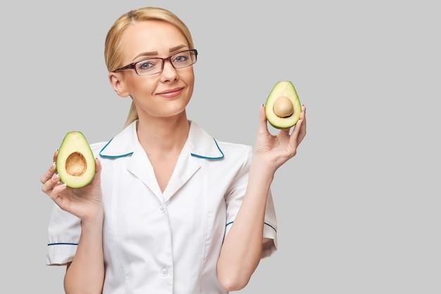 Médecin nutritionniste concept de mode de vie sain - tenant des fruits d'avocat bio