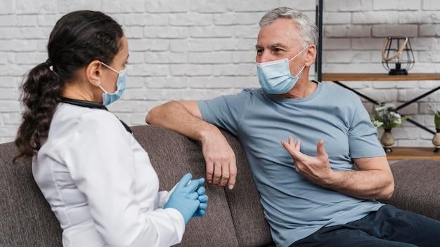 Médecin offrant un soutien à son patient