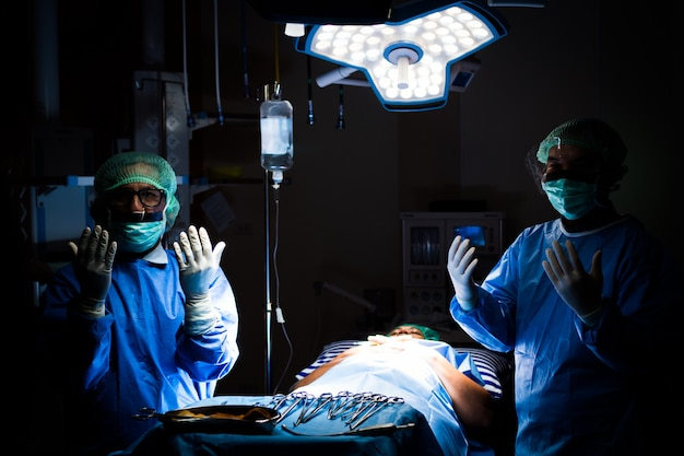 Médecin opérant en salle d'opération à l'hôpital