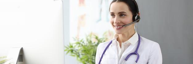 Un médecin opérateur fournit un concept de services de télémédecine d'assistance médicale à distance