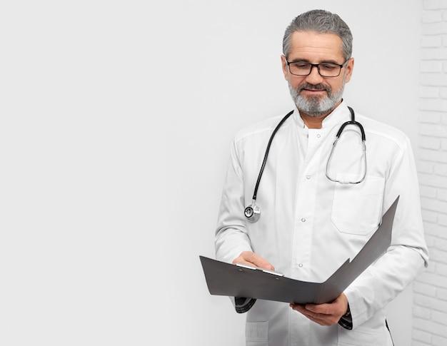 Médecin orl professionnel posant avec un stéthoscope au cou.