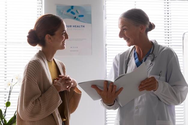 Médecin parlant à la femme d'un patient