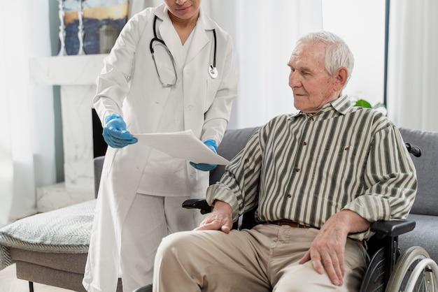 Médecin parlant à un homme senior à l'intérieur