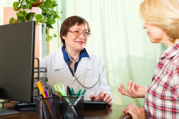 Médecin parlant avec le patient