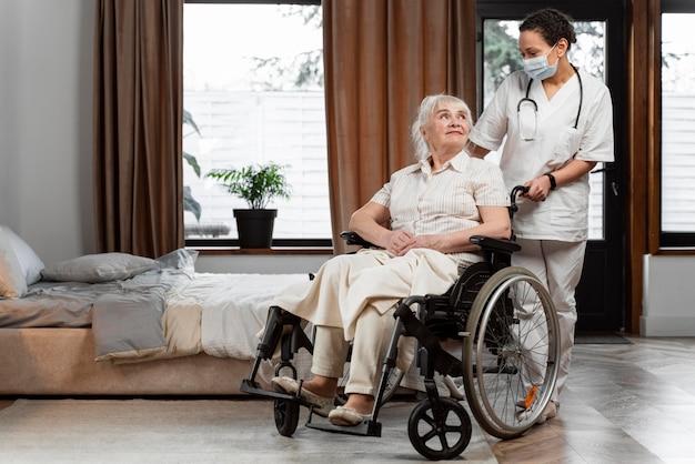 Médecin parlant avec son patient âgé