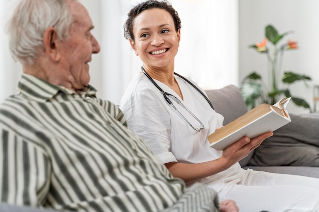 Médecin parlant avec son patient