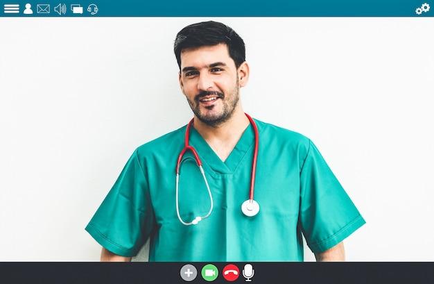 Un médecin parle lors d'un appel vidéo pour un service de télémédecine et de télésanté
