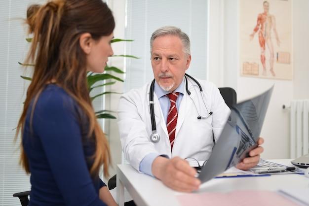 Médecin parle d'une radiographie avec son patient