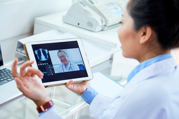 Médecin participant à une conférence en ligne