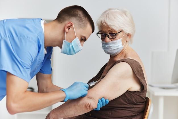 Médecin avec un passeport vaccin seringue soins de santé