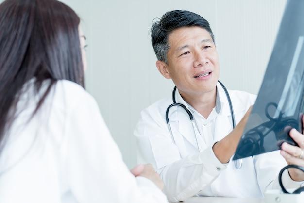 Médecin et patient asiatique discutent
