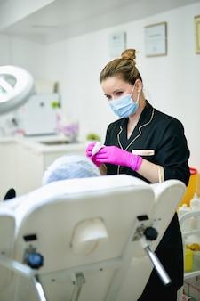 Médecin et patient à la clinique de beauté