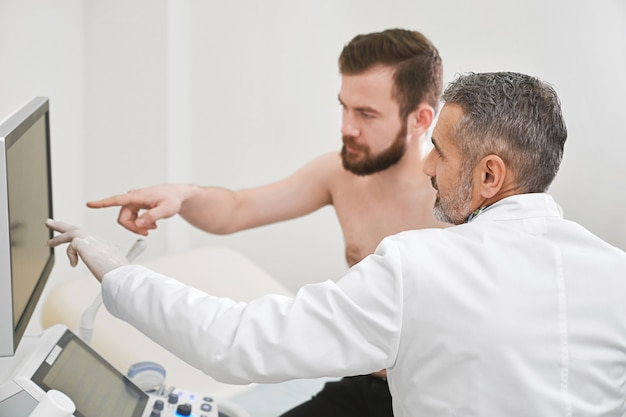Médecin et patient consultant sur les résultats du diagnostic.