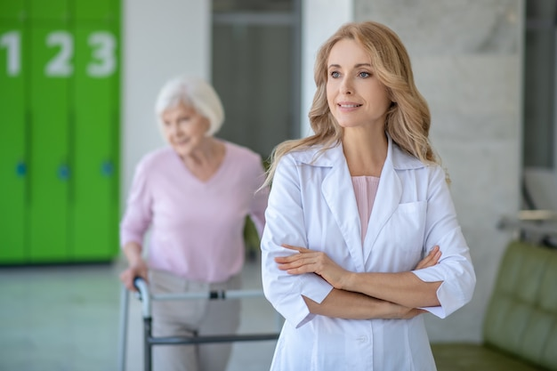Médecin et patient dans le couloir de la clinique ensemble