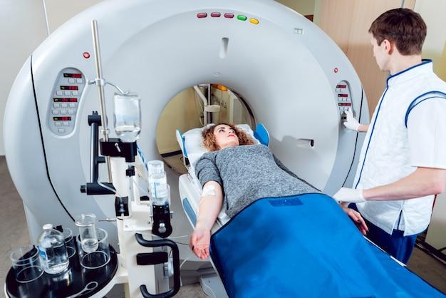 . médecin et patient dans la salle de tomodensitométrie