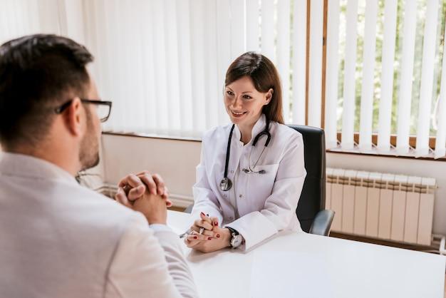 Médecin et patient discutant au bureau du médecin