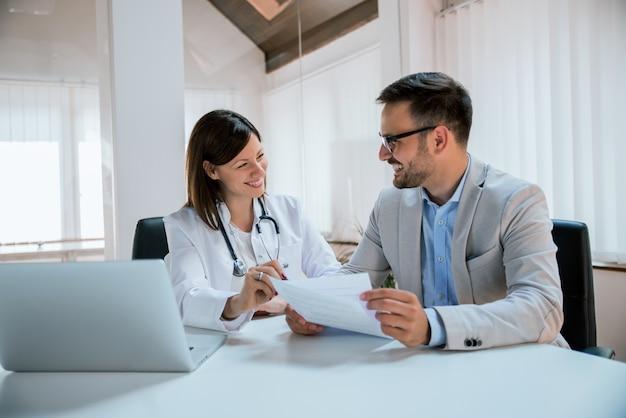 Médecin et patient discutant du traitement