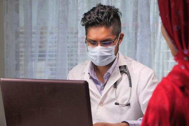 Le médecin et le patient discutent à la clinique.