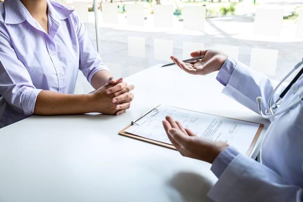 Le médecin et le patient discutent d'une consultation sur le diagnostic du problème des symptômes de la maladie
