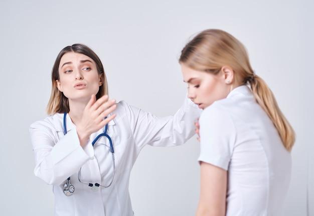 Médecin patient examen soins de santé fond clair