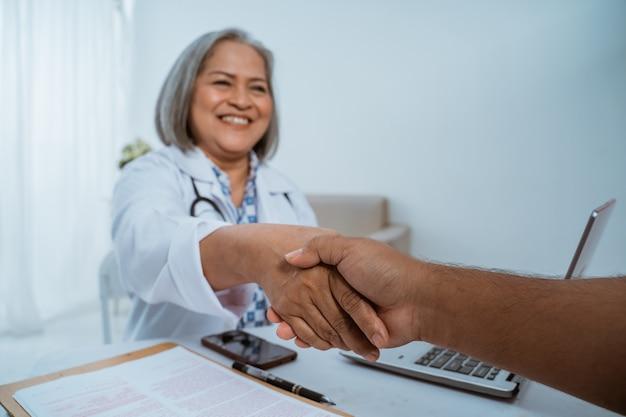 Médecin et patient se serrant la main