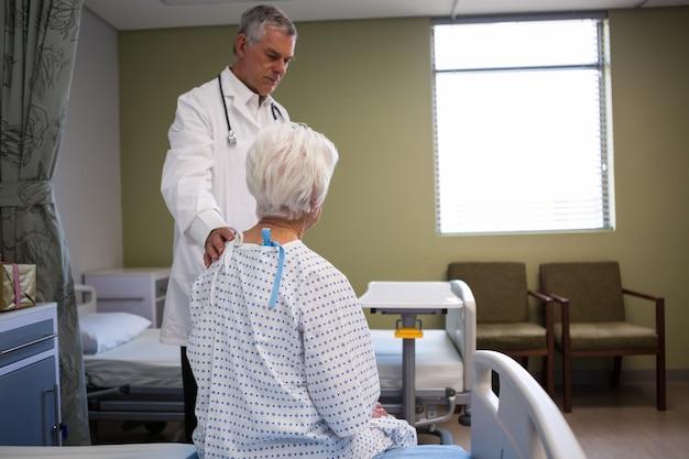 Médecin patient senior consolant