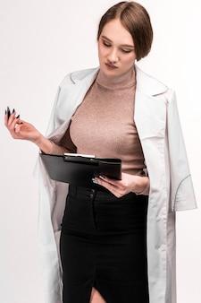 Un médecin en peignoir s'indigne des résultats des analyses des clients