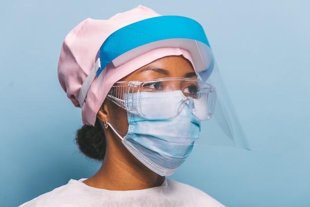 Médecin portant une combinaison de protection et un masque facial pour lutter contre covid19