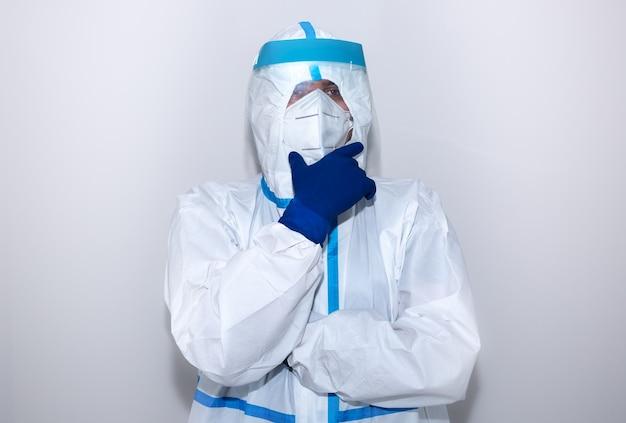 Médecin portant une combinaison de protection médicale, des lunettes, un masque et des gants. mers de protection par épidémie de virus. coronavirus (covid-19). concept de soins de santé.