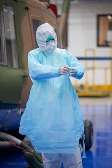 Médecin portant costume et bosquet epi, virus corona, concept d'épidémie de virus covid-19.