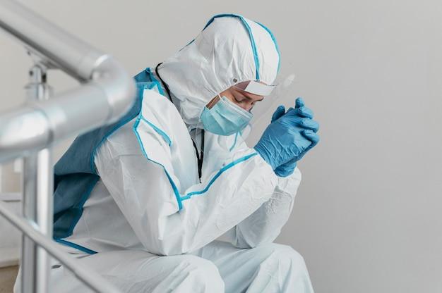 Médecin portant un équipement de prévention des virus