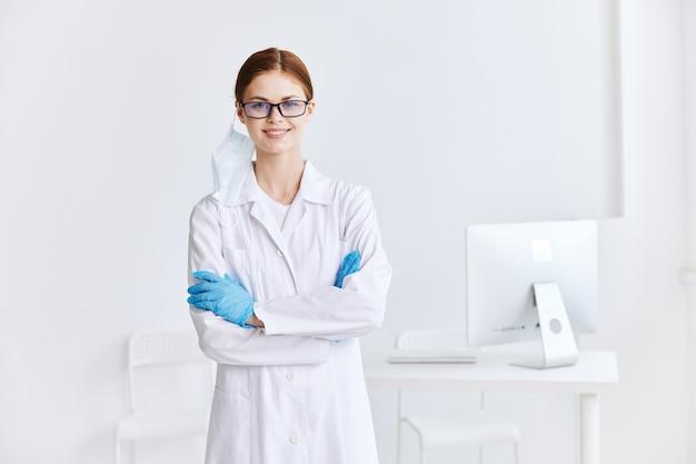 Médecin portant des lunettes assistant professionnel uniforme médical travail