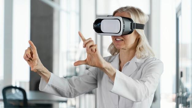Médecin portant des lunettes de réalité virtuelle