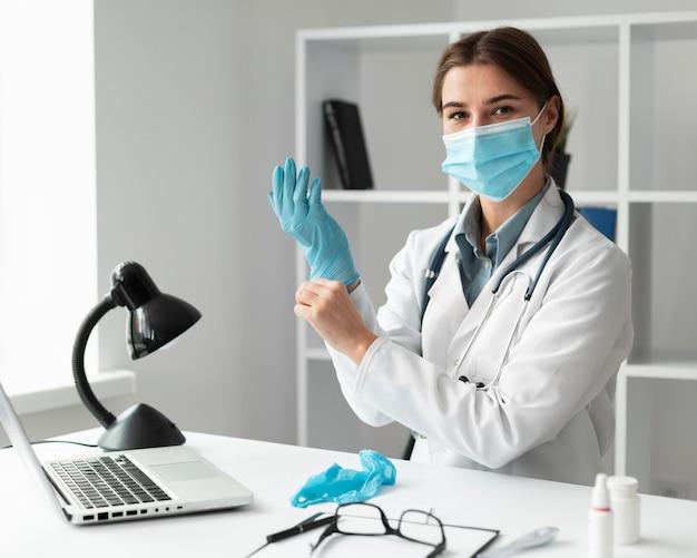 Médecin portant un masque facial à la clinique
