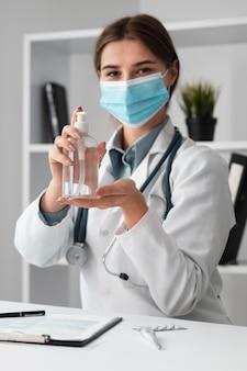 Médecin portant un masque facial à l'hôpital