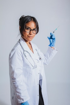 Médecin posant avec le vaccin