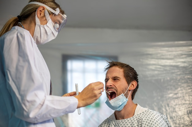 Le médecin prélève le patient malade. épidémie de virus