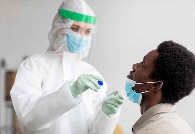 Médecin prenant un échantillon de test de coronavirus