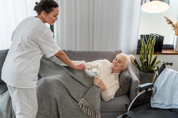 Médecin prenant soin de senior woman at home