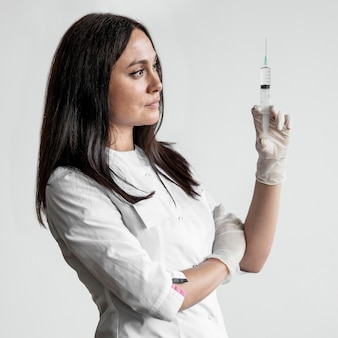 Médecin préparant un vaccin médical