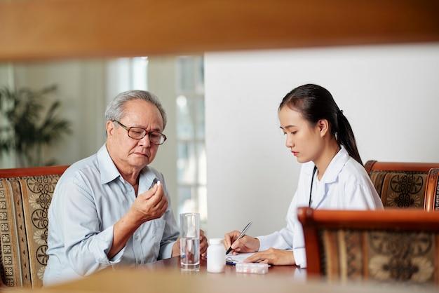Médecin prescrivant des médicaments pour le traitement