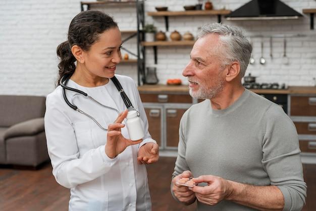 Médecin présentant un plan de récupération