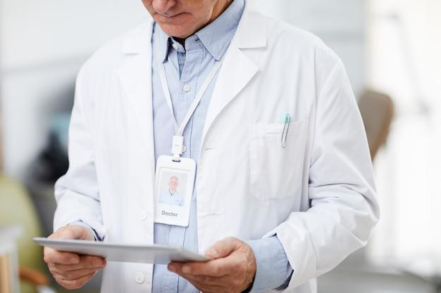 Médecin principal à l'aide d'une tablette