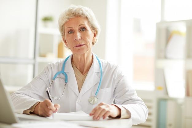 Médecin principal au bureau