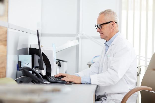Médecin principal au travail