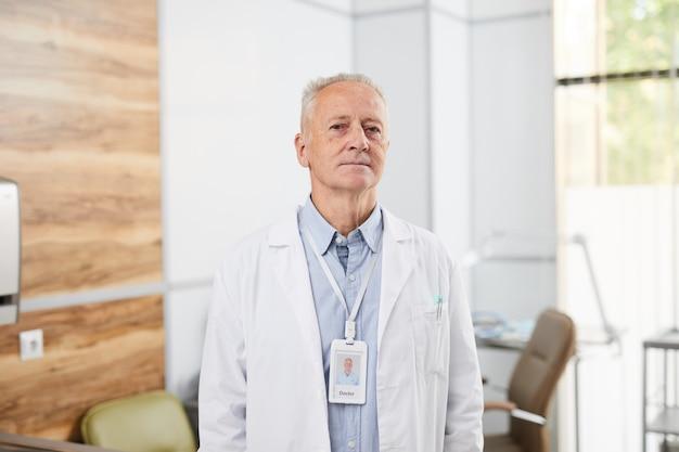 Médecin principal en clinique