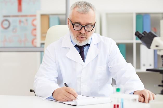 Médecin principal écrit dans le document