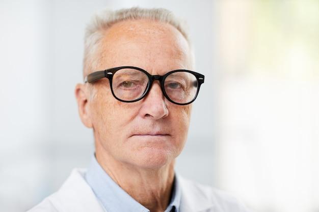 Médecin principal avec des lunettes